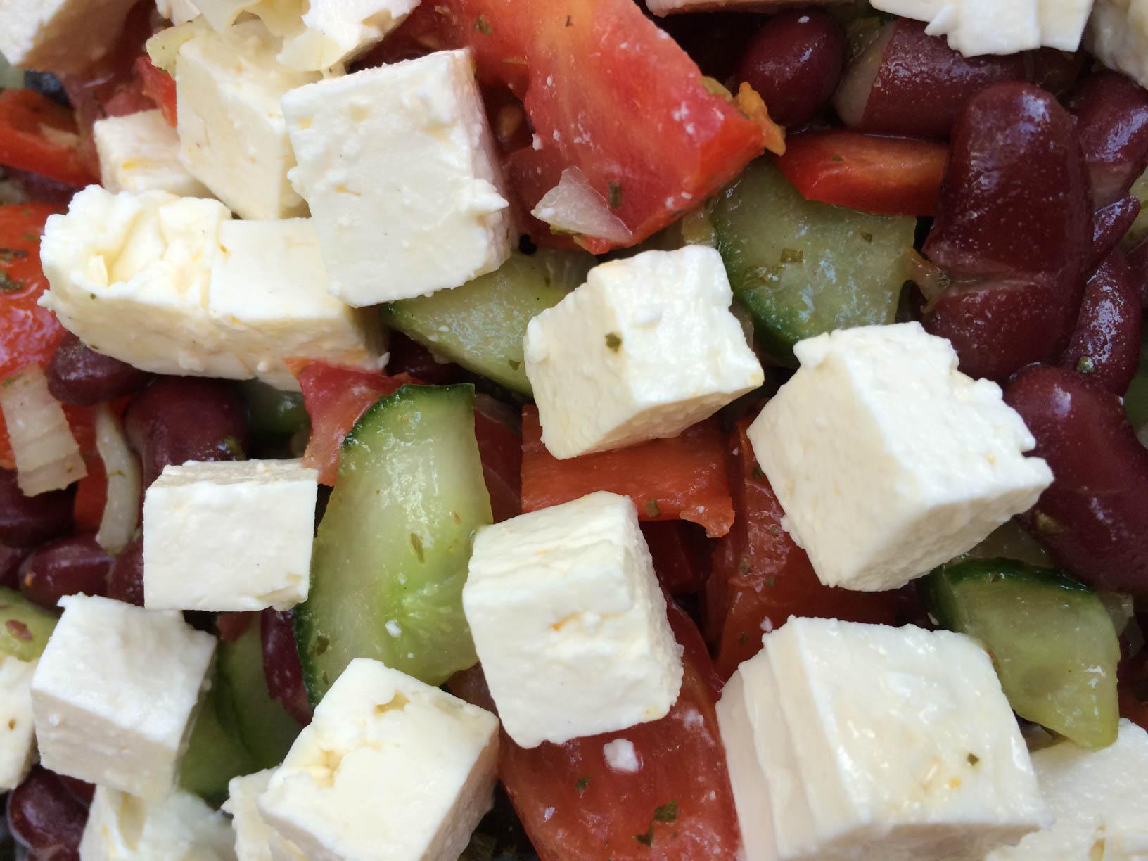 Griechischer Salat mit Feta, Tomaten und Gurken